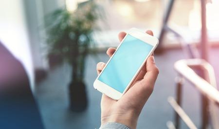 Mock up eines Mannes Smartphone halten