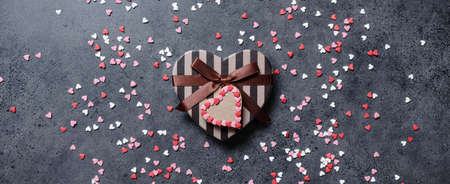 Heart shaped Valentines Day gift box, flat lay Banque d'images