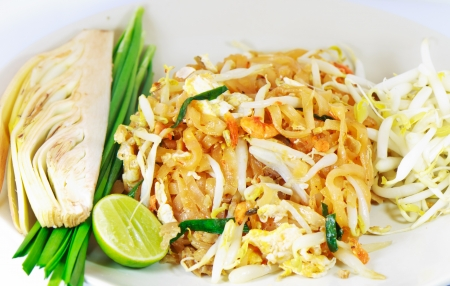 Thai-style stir-fry dishes  The noodles, egg, stove hood and vegetables combined with vegetables and lemon as a side photo