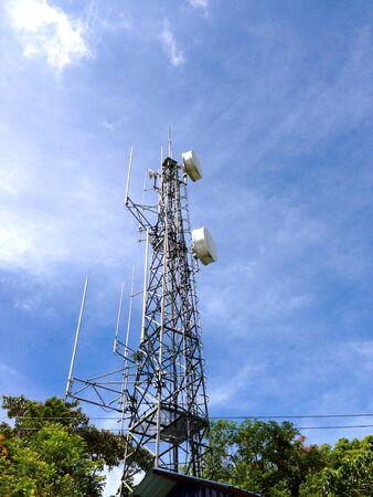 Tour de communication avec le ciel bleu Banque d'images