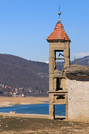 sumergido: Iglesia sumergida de Mavrovo Lago, Macedonia