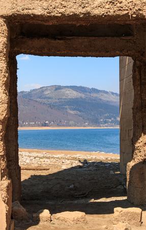 sumergido: Iglesia sumergida de Mavrovo Lake, Macedonia
