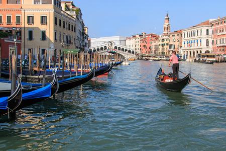 Venise, Italie - le 28 Juin, 2014: Gondoles et de petits bateaux sur le Grand Canal à Venise, en Italie, près de Pont du Rialto. Certains touristes admirant la vue imprenable. Banque d'images - 32909872