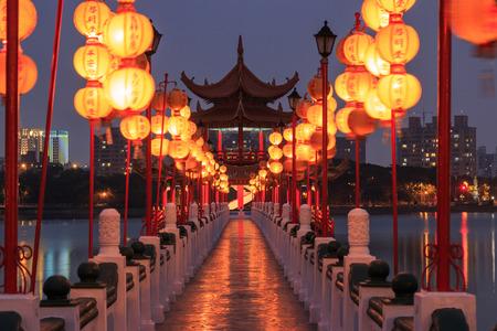 templo: La primavera y el oto�o Pabellones, Lotus Pond, Kahosiung