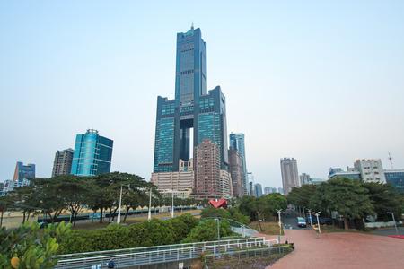 高雄, 台湾 - 12 月 18,2014: 高雄 85 ビルに沈む夕日。構造高さ 378 m であります。1994 から 1997 年に組み立てられて、それは高雄市で最も高い超高層ビル 報道画像