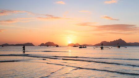 palawan: Puesta de sol en la playa Corong Corong, Palawan, Filipinas