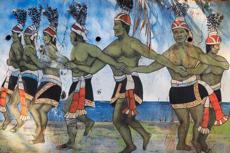 Pintung 카운티, 대만 -2 월 19,2015 : 조각 원주민 대만 사람들 Pintung 카운티, 대만에서 전통 의상에서 춤을 묘사 한 대만 원주민 문화 공원에서 조각