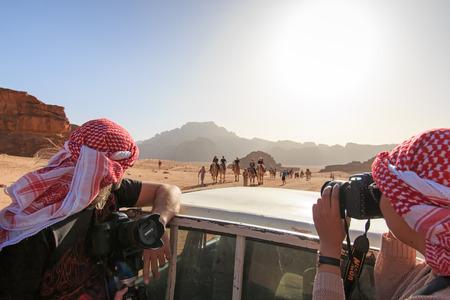 desierto: Wadi Rum, Jordania - Marzo 24,2015: Los turistas toman el cuadro de un coche que circula a trav�s del desierto de Wadi Rum, Jordania