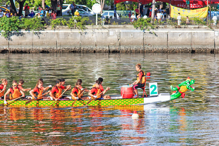 bateau de course: Kaohsiung, Taiwan, June 19, 2015: Boats racing in the Love River for the Dragon Boat Festival in Kaohsiung, Taiwan.