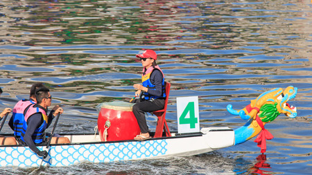 bateau de course: Kaohsiung, Taiwan, le 19 Juin, 2015: Bateaux de course dans la rivière Amour pour le Dragon Boat Festival à Kaohsiung, Taiwan.