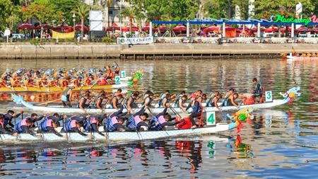 bateau de course: Kaohsiung, Taiwan, le 19 Juin, 2015: des bateaux de course dans le fleuve Amour pour le Dragon Boat Festival � Kaohsiung, Taiwan.