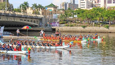 bateau de course: Kaohsiung, Taiwan, le 19 Juin, 2015: bateaux de course dans le fleuve Amour pour le Dragon Boat Festival à Kaohsiung, Taiwan.