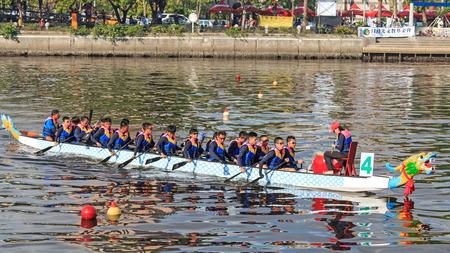 bateau de course: Kaohsiung, Taiwan, le 19 Juin, 2015: bateaux de course dans le fleuve Amour pour le Dragon Boat Festival � Kaohsiung, Taiwan.