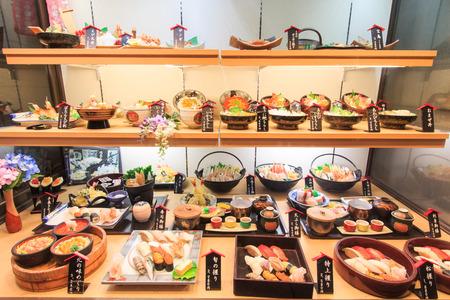 Otaru, Japan - July13, 2015: Plastic voedselreplica van sushi in een restaurant van Otaru