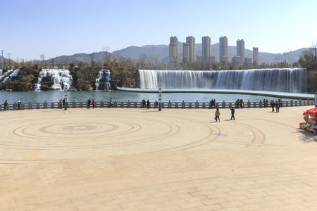 kunming: Tourists wisiting the Kunming Waterfall park featuring a 400 meter wide manmade waterfall. Kunming is Yunnans capital Stock Photo