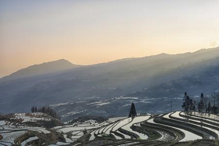 Zonsopgang over YuanYang rijstterrassen in Yunnan, China