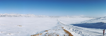 Hemu, Xinjiang - February 17, 2018: Chinese tourist taking pictures of a grassland covered in ice and snow in Xinjiang, northen China 新聞圖片