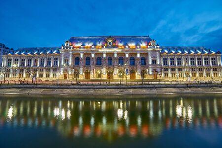 bucuresti: Bucharest Palace of Justice Reflection on Dambovita River at Night.