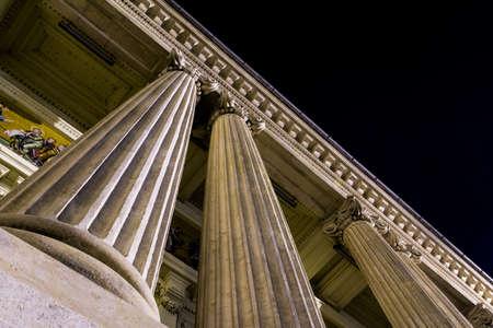 Kolumny, filary, zabytkowym budynku.