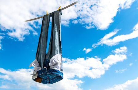 pantalones abajo: Blue jeans cuelgan a secar en el cielo.