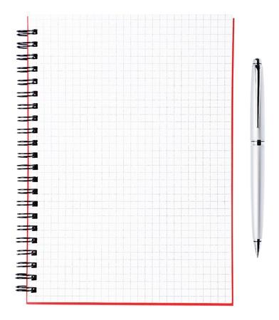 Argento, penna e foglio bianco di un notebook con legante nero e coperchio rosso, orizzontale