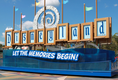 disneyland sign at the theme park entrance in los angeles california. The picture was taken on Apr 9, 2011. 新聞圖片