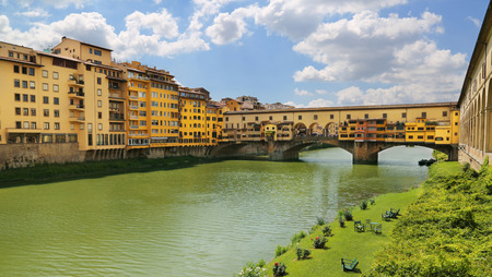 View of Ponte Vecchio the famour arch bridge across Arno river in Florence (Firenze), Tuscany, Italy 免版税图像