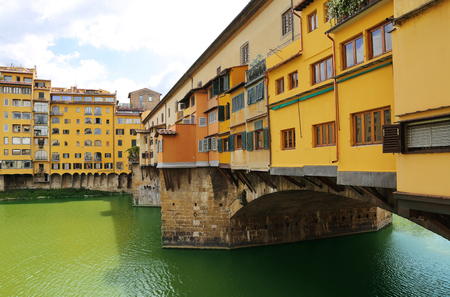 Close up view of Ponte Vecchio the famour arch bridge across Arno river in Florence (Firenze), Tuscany, Italy 免版税图像