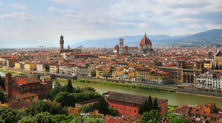 View of Florence Cathedral (Duomo Santa Maria Del Fiore) and Palazzo Vecchio in Florence skyline during evening in Florence, Italy 免版税图像
