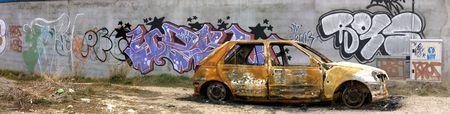 rusty: Foto de un automóvil quemado.