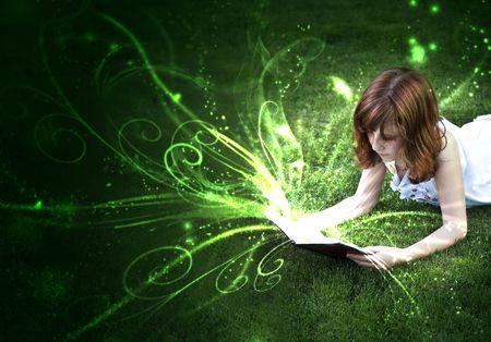imaginacion: Hermosa ni�a leyendo un libro al aire libre  Foto de archivo