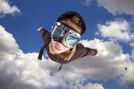 pilotos aviadores: Ni�o vestido en traje de pilot?s, chaqueta, sombrero y gafas.  Foto de archivo