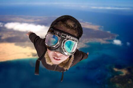 imaginacion: Ni�o vestido en traje de pilot�s, chaqueta, sombrero y gafas.