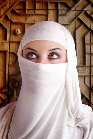 femme v�tue en costume arabe porte de ch�teau en arri�re-plan  Banque d'images - 7684311