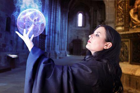 magnetismo: Niña hermosa con la esfera de la energía, brujo