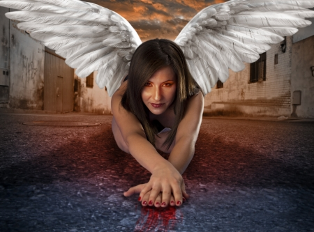 vrouwelijke engel apocaliptic liggen in de verlaten straat met bloedige handen onder criptic oranje hemel