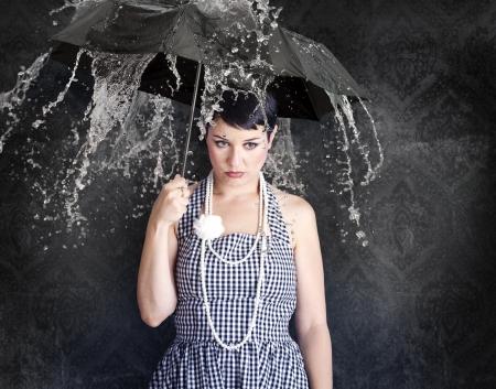ni�os tristes: Hermosa gil con paraguas en un estado de depresi�n, emociones. Foto de archivo
