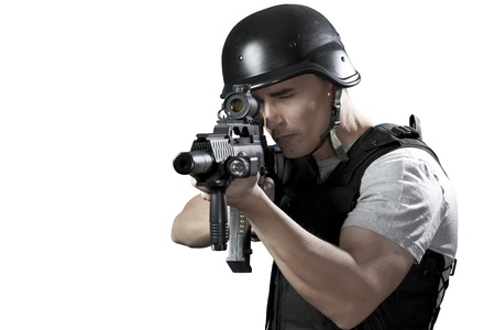 pistolas: Hombre armado en barrica de protecci�n con una pistola. Aislado en blanco. Foto de archivo