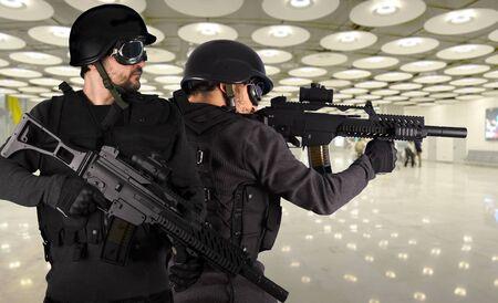 snajper: Obrona przed terroryzmem, dwóch żołnierzy na lotnisku