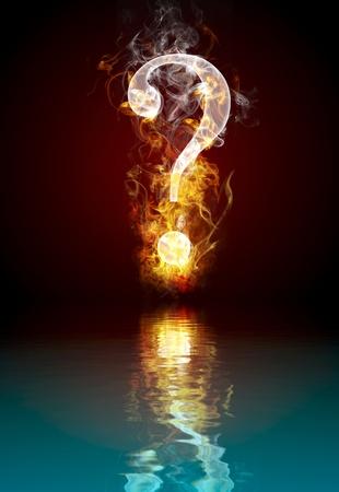 Pregunta quema de símbolos, el fuego con reflejo en el agua Foto de archivo
