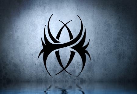 maschera tribale: La maschera nera tribale con acqua di riflessione. Disegno del tatuaggio sul muro blu