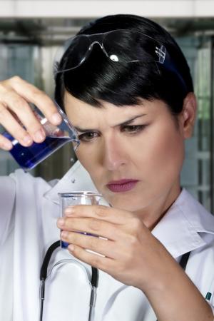 specimen testing: Cient�fico investigador en el laboratorio de an�lisis de muestras