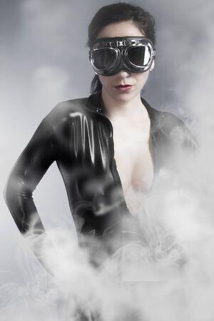 junge nackte mädchen: Sinnliche Frau mit Sonnenbrille über Rauch Hintergrund