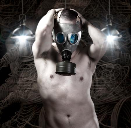 uomo nudo: L'uomo nudo con la maschera antigas su sfondo di robot e la tecnologia Archivio Fotografico