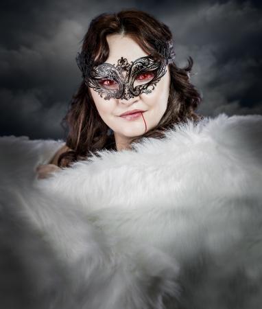 stola: Vampir Frau mit venezianischen Maske und wei�e Stola