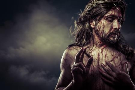 イエス ・ キリスト キリスト白い十字架、スペインでイースターにいばらの冠と