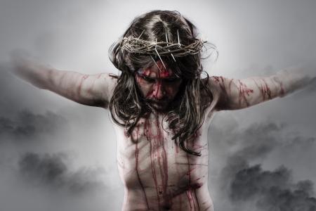 crucified: la representaci�n de Jesucristo en la cruz sobre fondo de nubes Foto de archivo