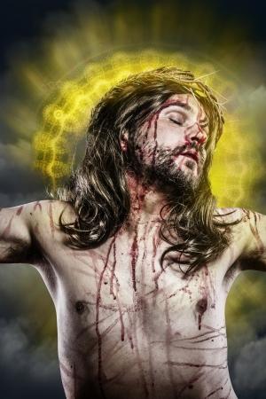 crucified: Jesucristo con un halo de luz dorada en la cruz