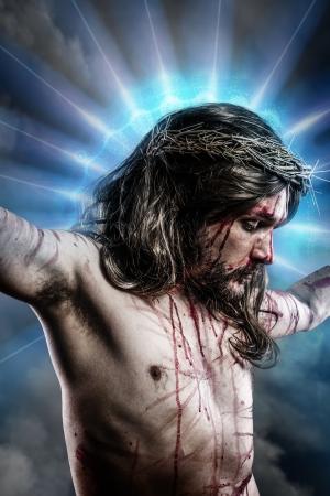 Calvaire de Jésus, l'homme saignement, la représentation de la passion avec le halo de lumière bleue Banque d'images - 19379349