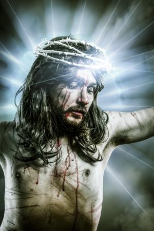 kruisweg jesus, man bloeden, vertegenwoordiging van passie met blauw licht aureool Stockfoto